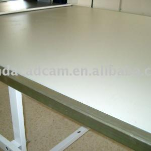 Spreading and cutting table